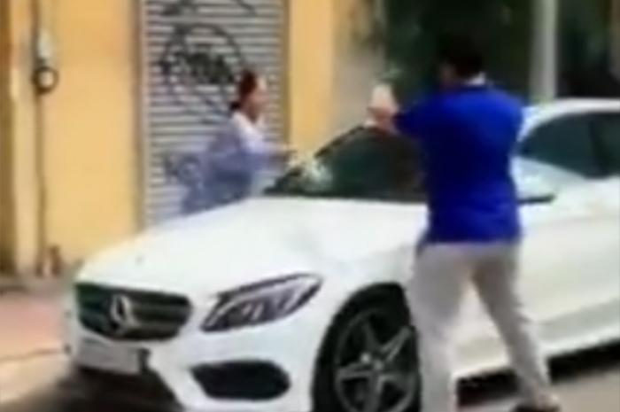 Bà cụ cầm búa đập vỡ xe sang Mercedes đỗ trước nhà ở Sài Gòn