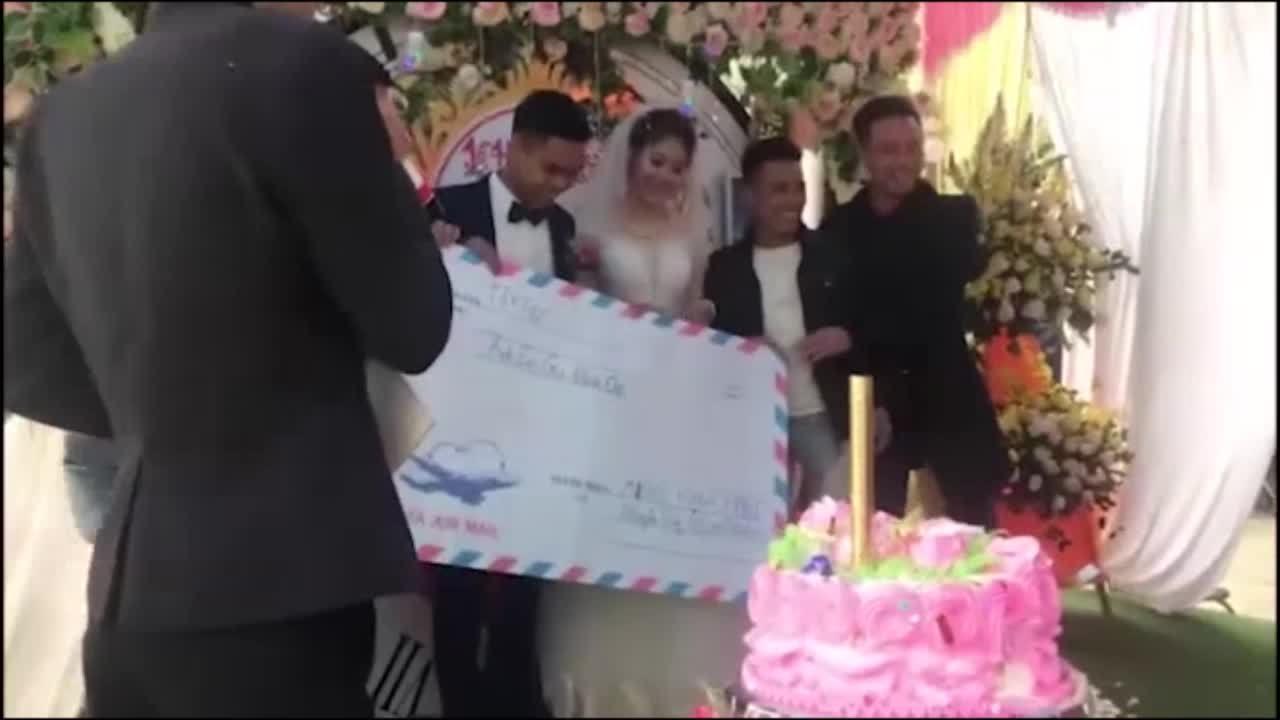 Phong bì mừng cưới khổng lồ của đám bạn thân