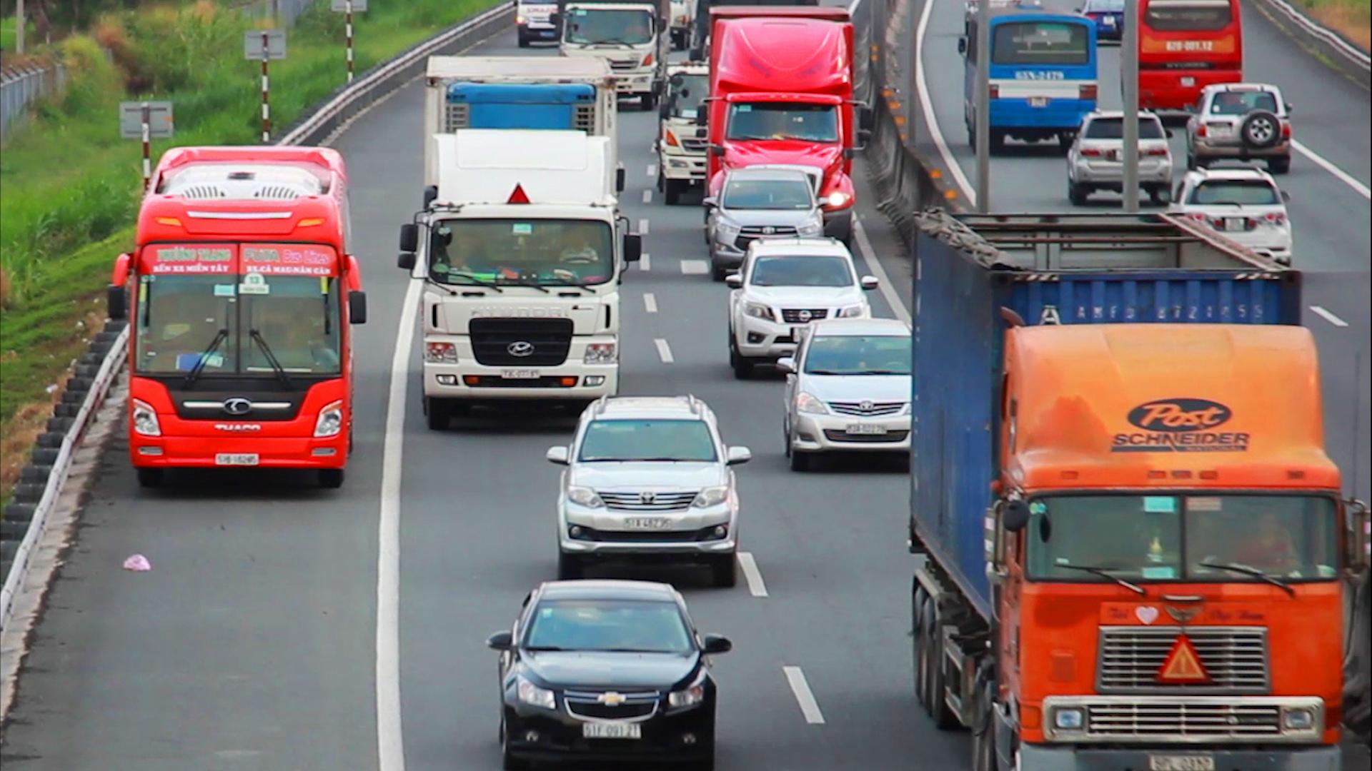 Xe chạy bát nháo trên cao tốc TP HCM-Trung Lương