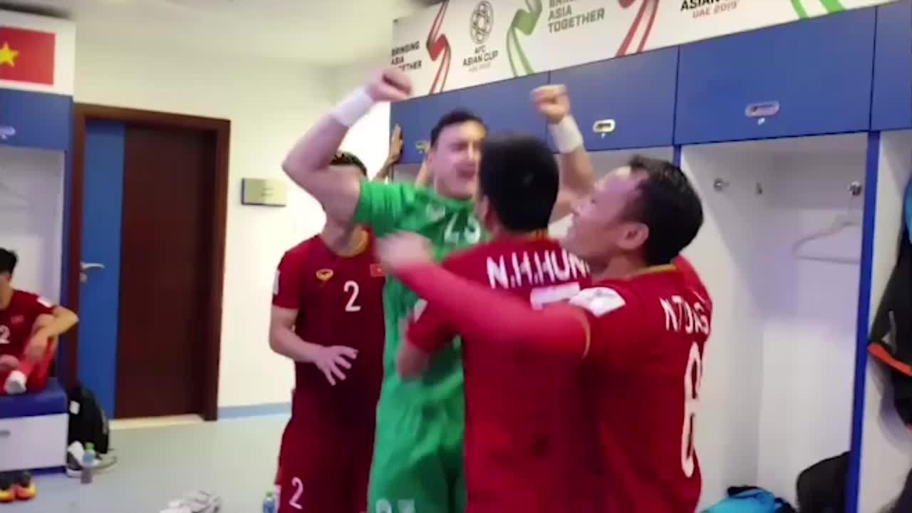 Video cầu thủ Việt Nam nhảy múa ăn mừng trong phòng thay đồ