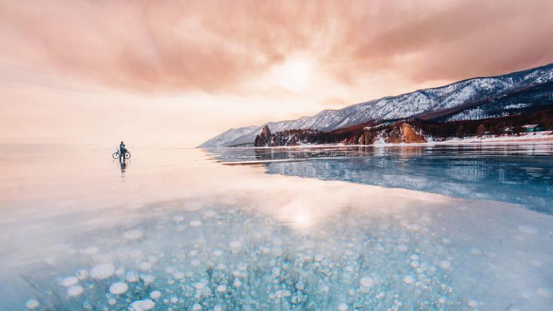 Vẻ đẹp của hồ nước ngọt lớn nhất thế giới khi đóng băng