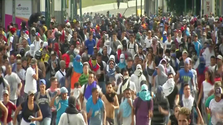 Cảnh sát dùng hơi cay với người biểu tình phản đối Tổng thống Venezuela