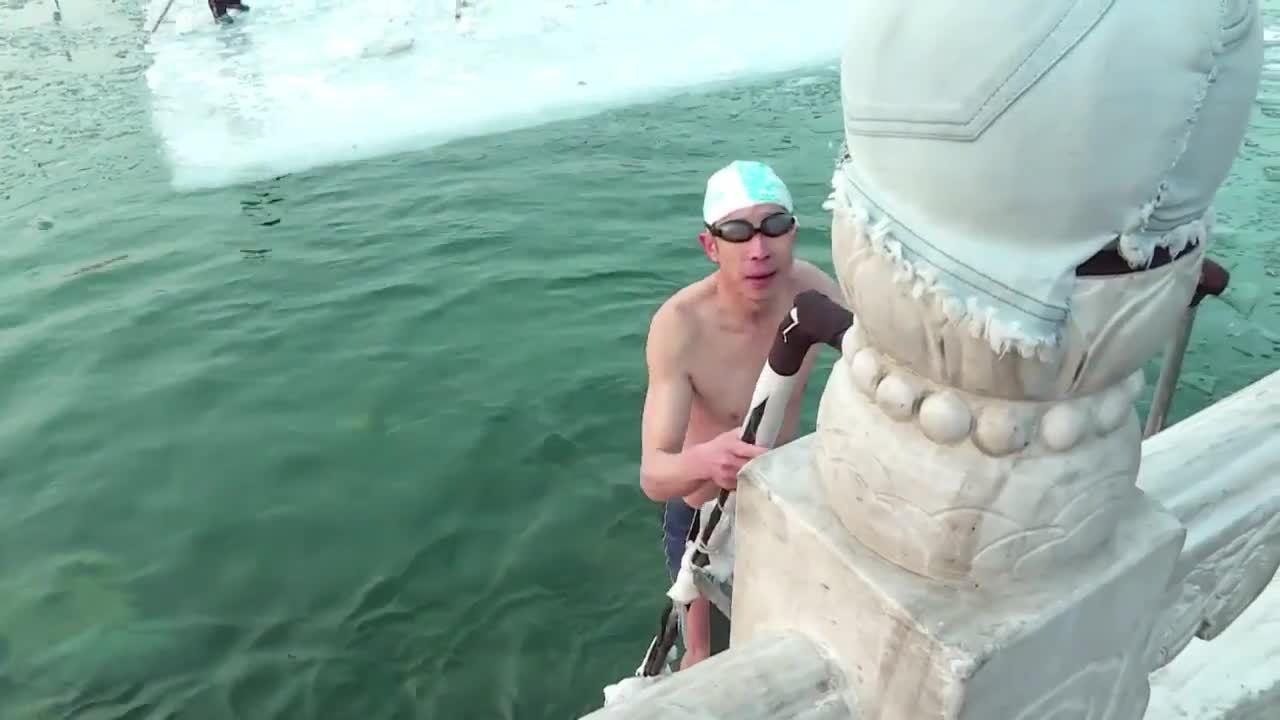 Những người bơi lội trong giá lạnh -10 độ C ở Trung Quốc