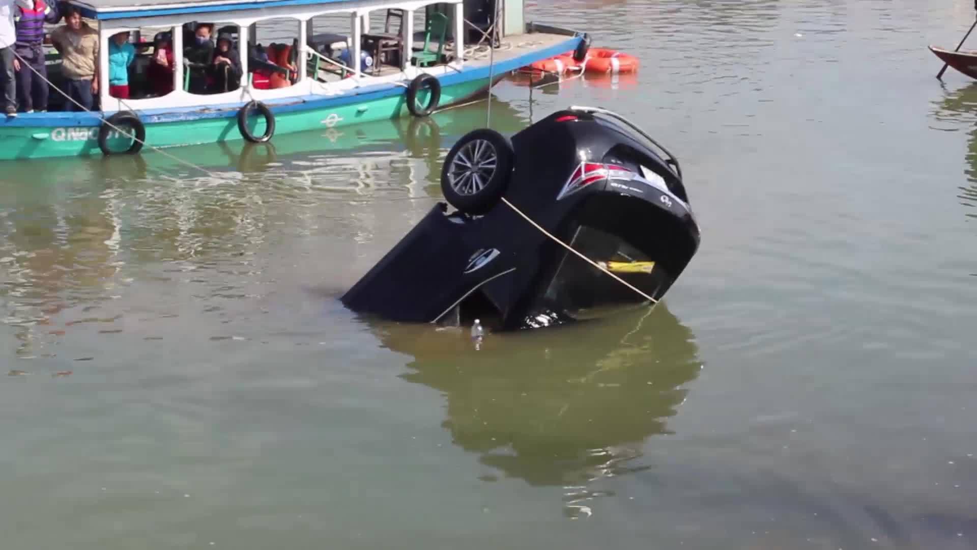 Video đã sửa xe lao xuống sông, ba người chết