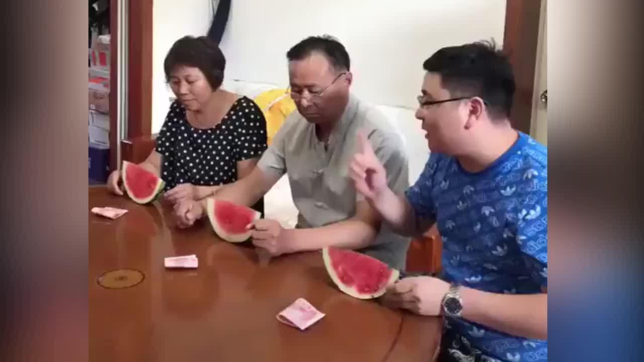 Ông bố đánh con trai vì tranh phần thưởng với mẹ