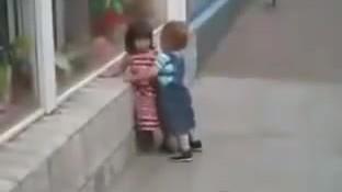 Nhóc tì khốn đốn vì nụ hôn bị chối từ