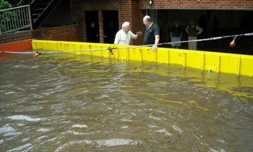 Cửa chắn lũ tự động giúp đối phó ngập lụt trong mưa bão