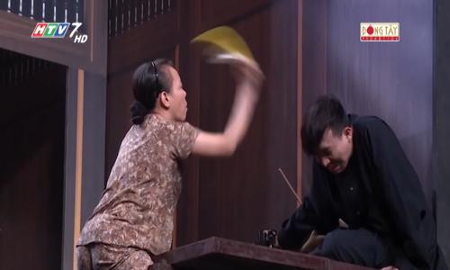 Việt Hương 'giả mù' cầm dép đập đầu Trấn Thành