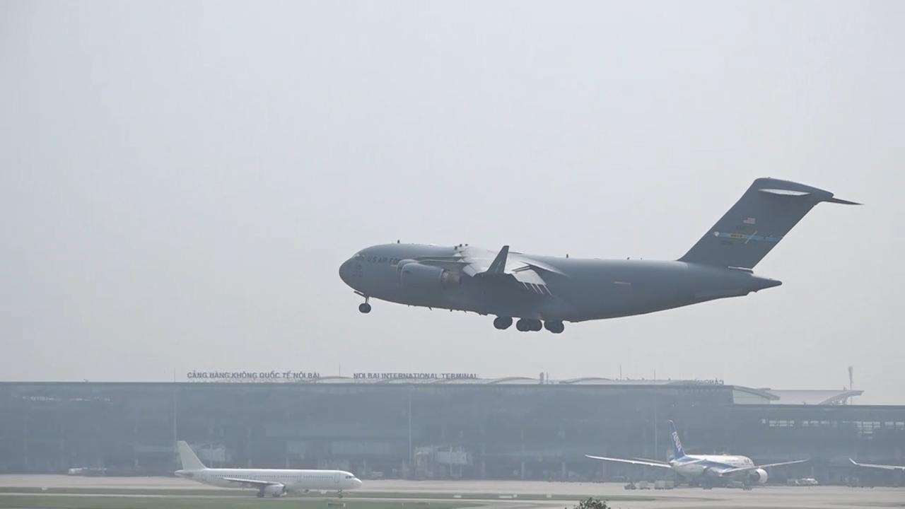 Ngựa thồ C-17 hạ cánh xuống sân bay Nội Bài
