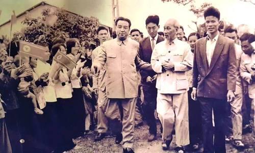 Chủ tịch Hồ Chí Minh và Kim Nhật Thành thăm làng Xuân La