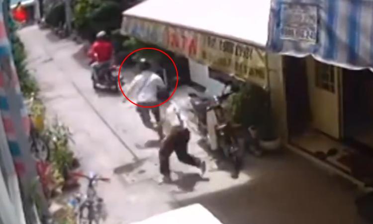Hai thanh niên đi trộm xe máy vứt của chạy lấy người
