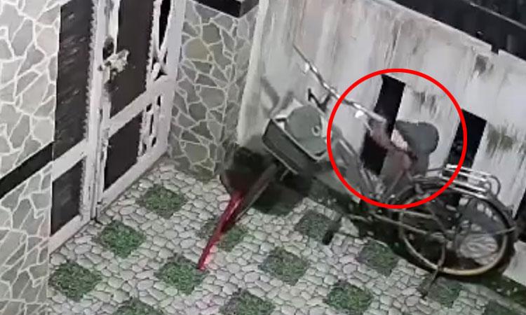 Tên trộm chật vật 'cuỗm' yên xe đạp trong đêm tối
