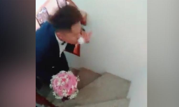 Chú rể uống hết rượu trên bậc cầu thang mới được đón dâu