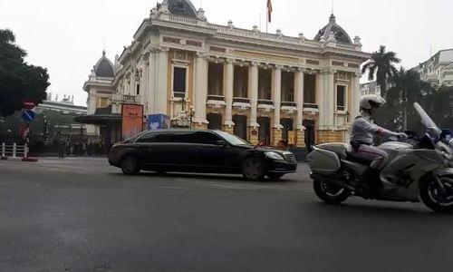 Đoàn xe Kim Jong-unchạy qua Nhà Hát Lớn