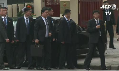 Ảnh Chủ tịch Kim Jong-un chụp cùng nhân viên sứ quán Triều Tiên tại Hà Nội