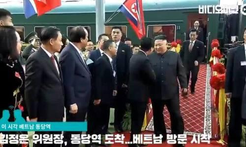 Phiên dịch viên Triều Tiên gây chú ý với màn chạy siêu tốc theo ông Kim Jong-un