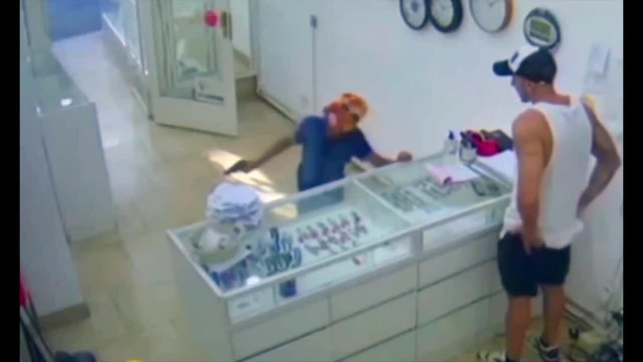Bé trai 9 tuổi ở Argentina cầm súng cướp tiệm trang sức