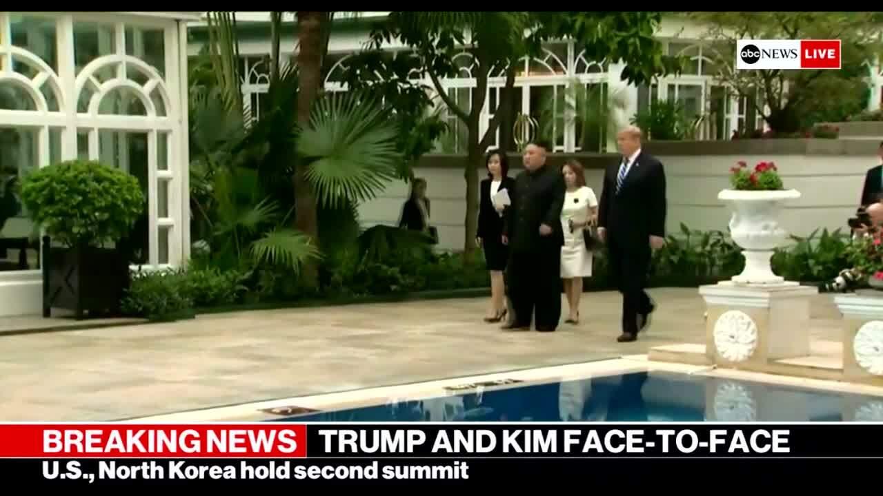 Lãnh đạo Mỹ và Triều Tiên đi bộ sau họp kín
