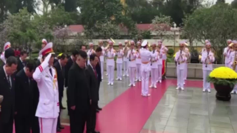 Ông Kim Jong-un ở Đài tưởng niệm các anh hùng liệt sĩ