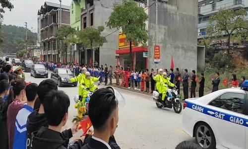 Ông Kim Jong-un vẫy tay chào người dân Lạng Sơn (bản đẹp)