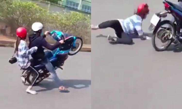 Quái xế trổ tài bốc đầu khiến bạn gái ngã sấp mặt