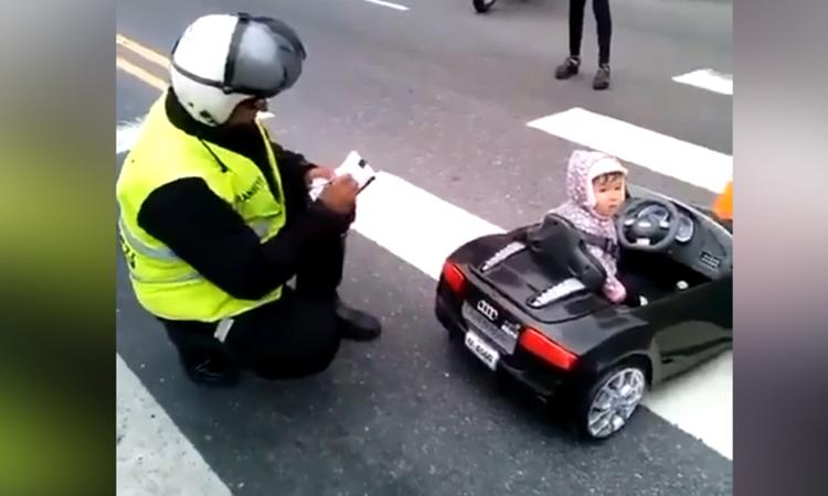 Nữ tài xế ôtô ngơ ngác khi bị phạt vì 'nồng độ sữa quá cao'