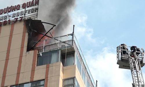 Cháy tầng thượng nhà hàng gần phố đi bộ Nguyễn Huệ