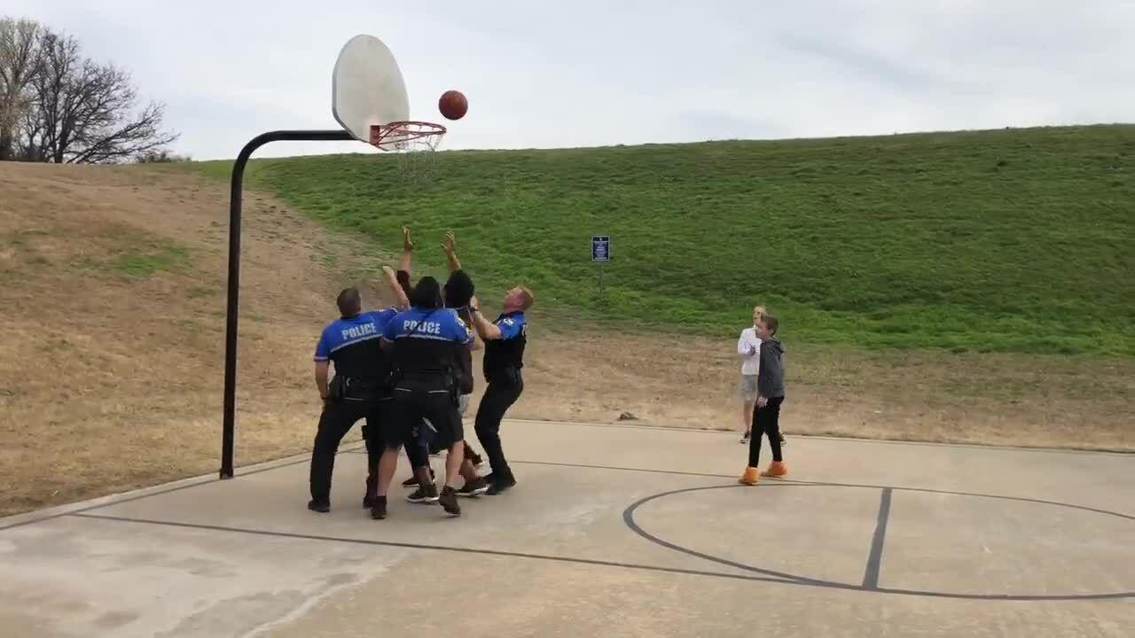 Chơi thể thao cùng trẻ địa phương, cảnh sát Mỹ được ca ngợi