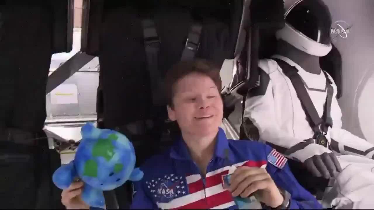 Búp bê Trái Đất cháy hàng sau chuyến bay lên trạm ISS