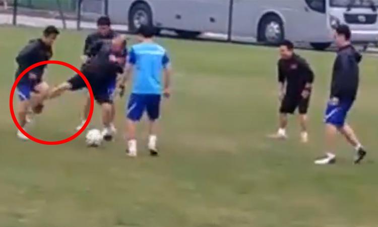 Thầy Park chơi xấu học trò khi đá bóng ma