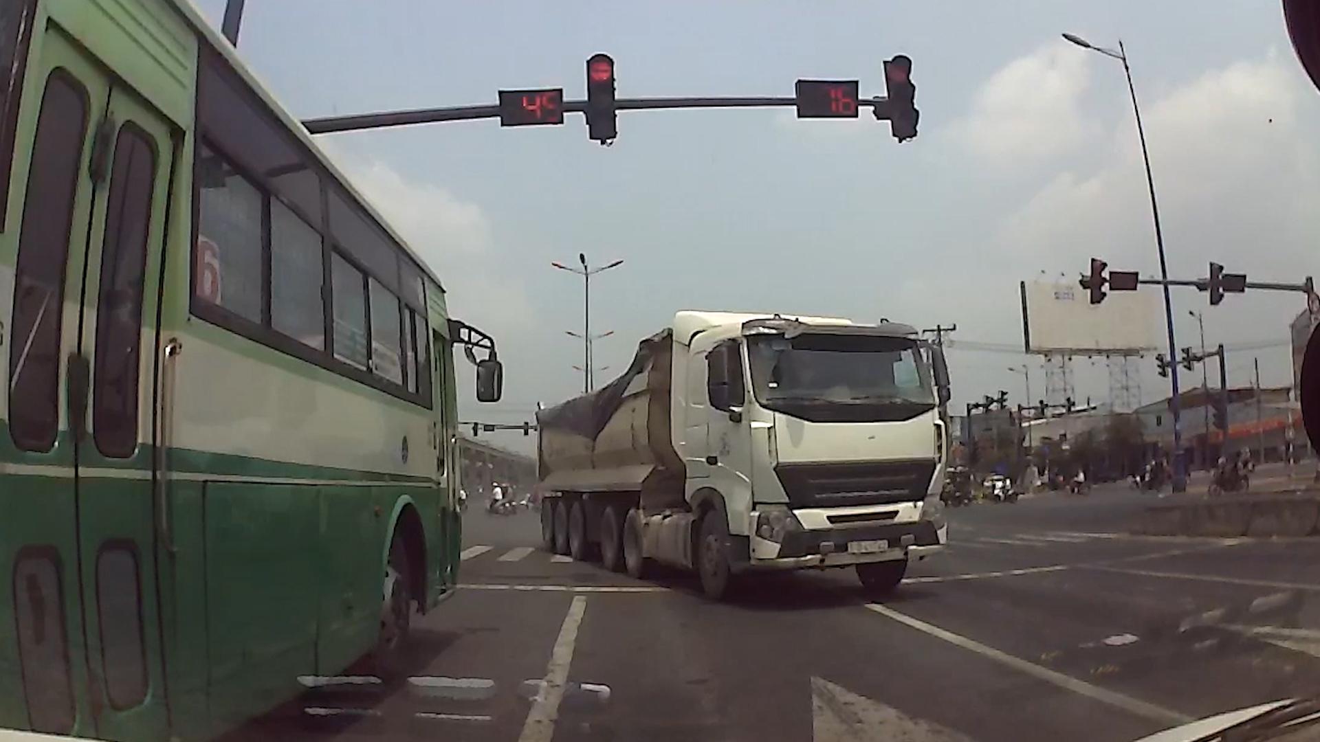 Xe buýt vượt đèn đỏ, suýt gây tai nạn