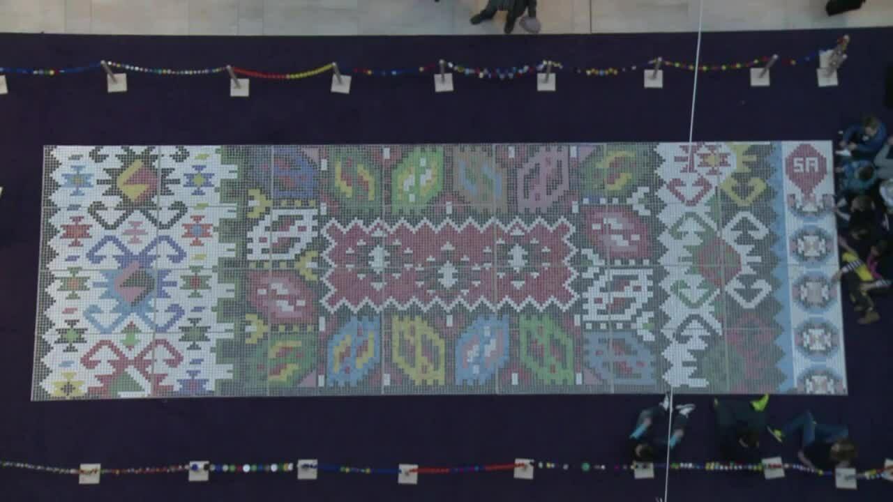Tấm thảm 30 m2 làm từ 25.000 nắp chai nhựa