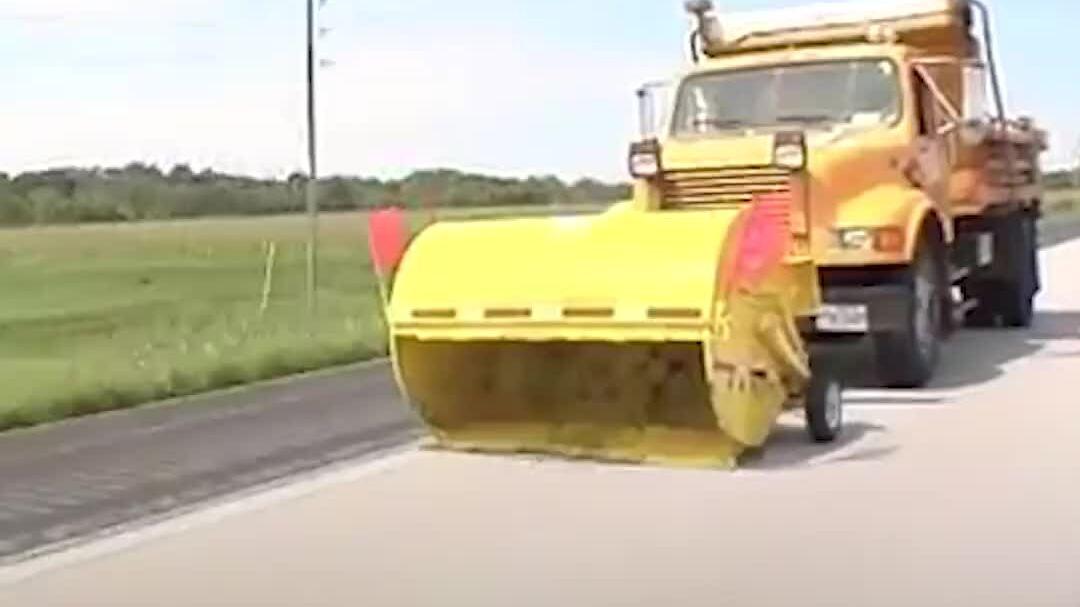 Cỗ xe dọn rác tốc độ gần 90 km/h