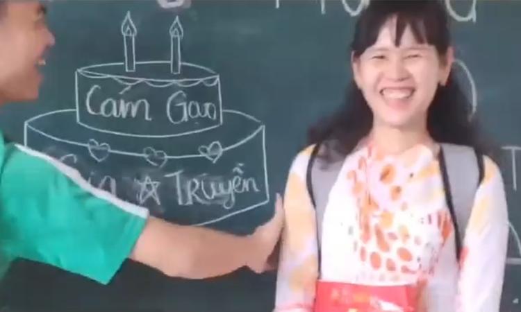 Cô giáo hạnh phúc khi được học trò tổ chức tiệc sinh nhật với 0 đồng