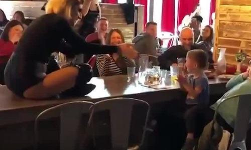 Nữ hoàng giả trang Mỹ gây sốt khi diễn 'Baby Shark' cho bé hai tuổi