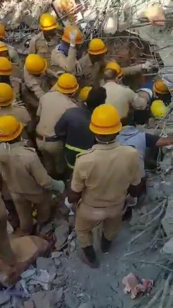 Người đàn ông được giải cứu sau 62 giờ dưới tòa nhà sập ở Ấn Độ