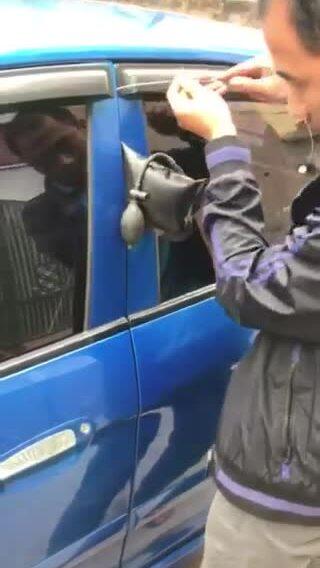 Cách mở khoá cửa ôtô khi mất chìa khoá