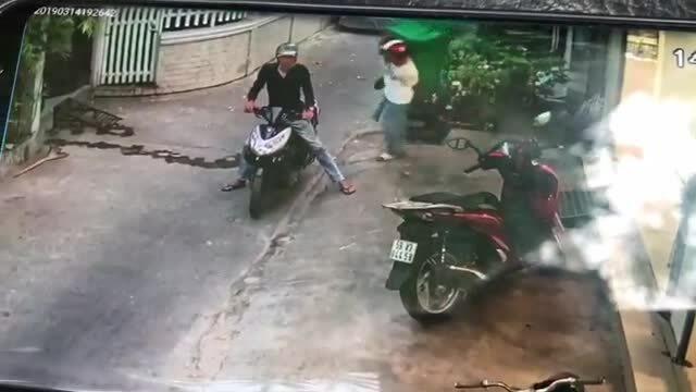 Hai tên trộm 'chê' xe SH lấy thùng rác