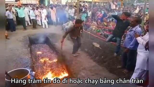 Hàng trăm người chạy chân trần trên than nóng trong lễ hội Ấn Độ