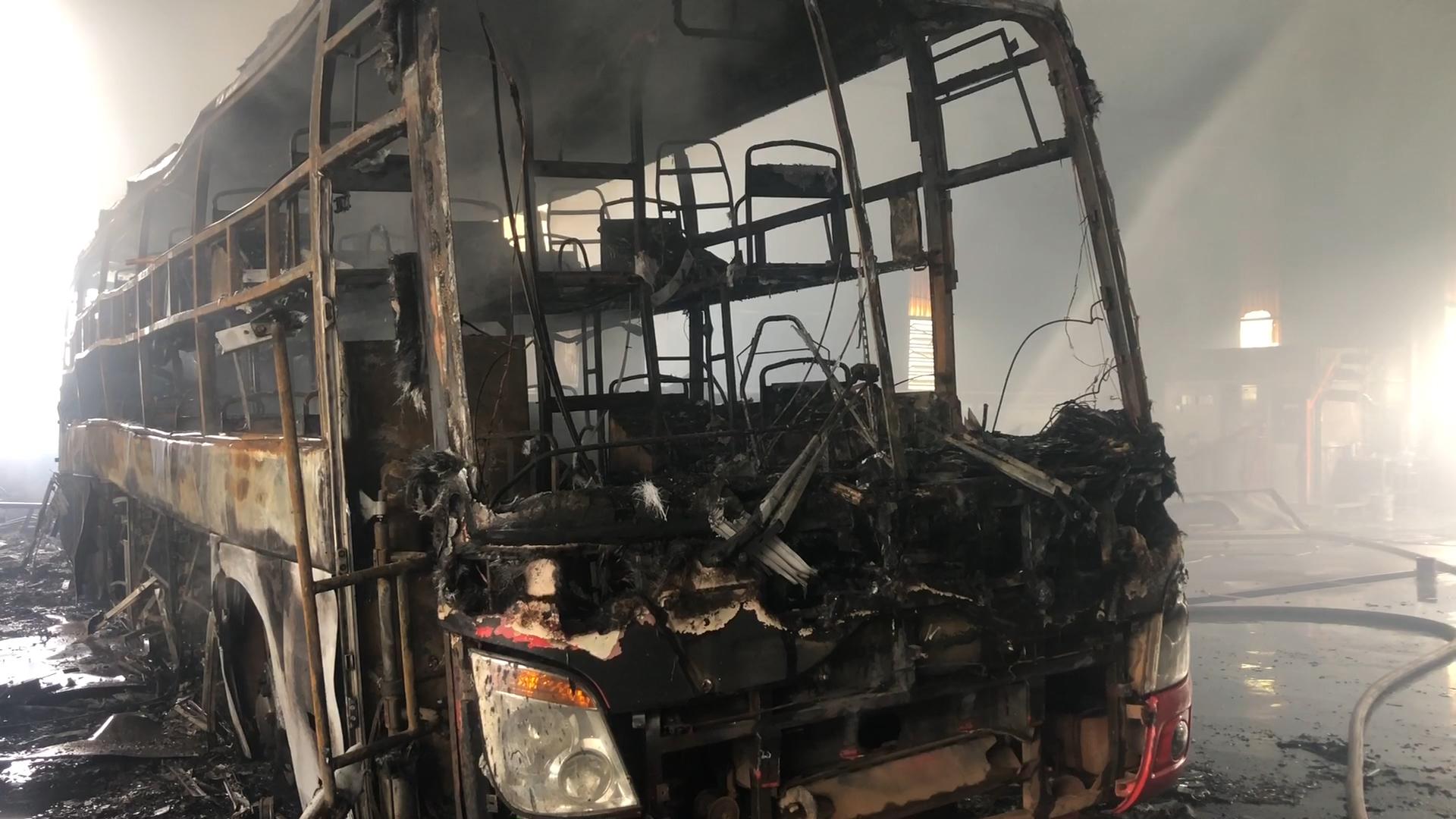 Cháy gara ở Bình Dương, 5 ôtô bị thiêu rụi