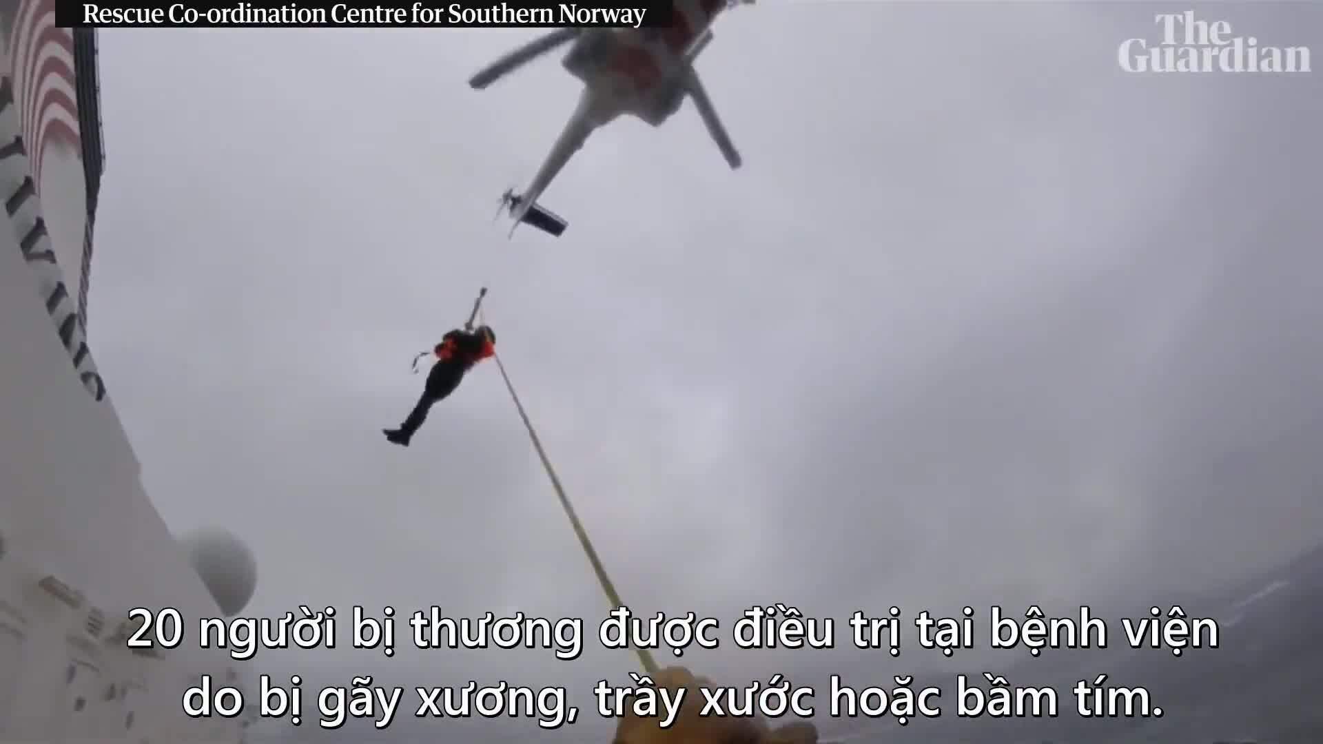 Hành khách được trực thăng giải cứu từ du thuyền kẹt giữa biển Na Uy