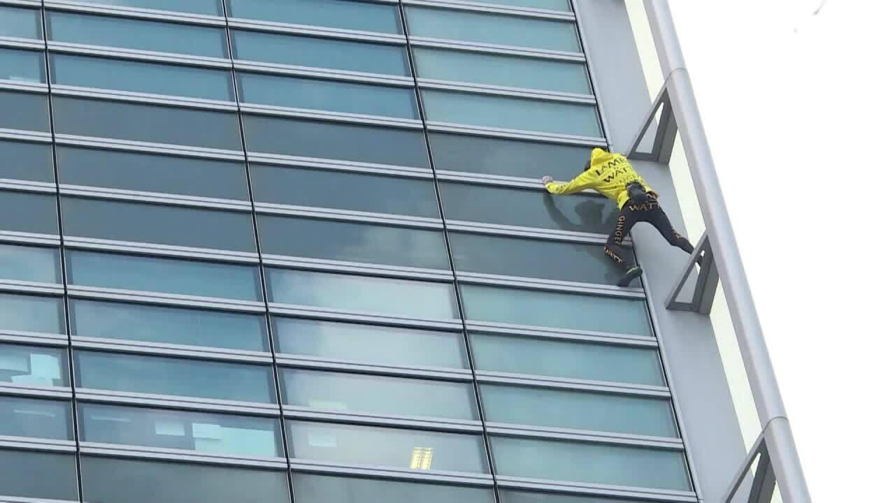 'Người nhện' Pháp leo tòa nhà 185 mét để gây quỹ trùng tu Nhà thờ Đức Bà