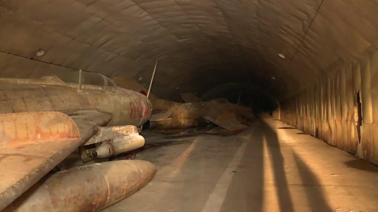 Căn cứ mật trong lòng núi cất giữ hàng chục tiêm kích MiG của Albani