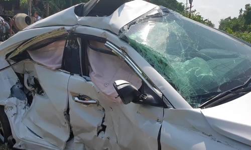Tàu hỏa tông ôtô bay hơn chục mét, cả gia đình bị thương
