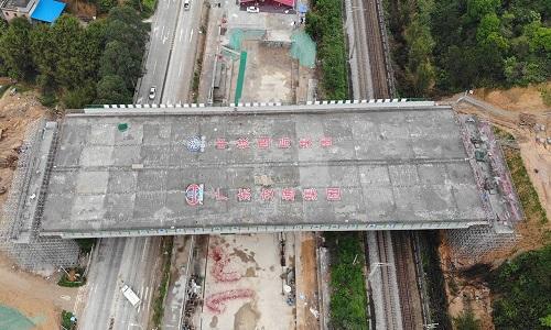 Cầu nặng 14.000 tấn xoay gần 90 độ ở Trung Quốc
