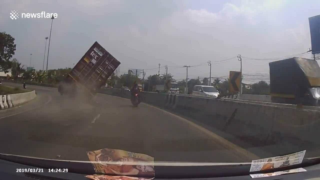 Xe container lật suýt đè trúng người đi xe máy
