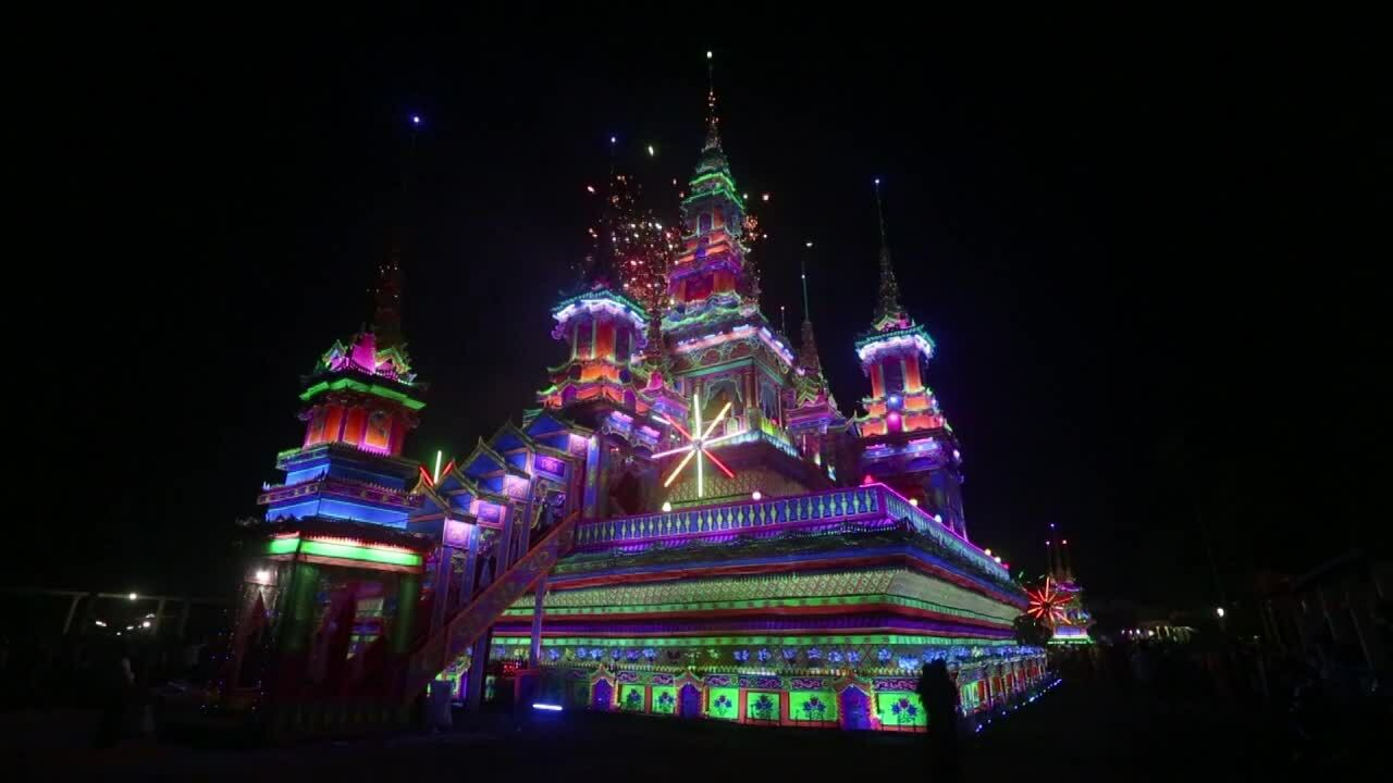 Người Myanmar dựng 'lâu đài', bắn pháo hoa trong lễ tang của nhà sư