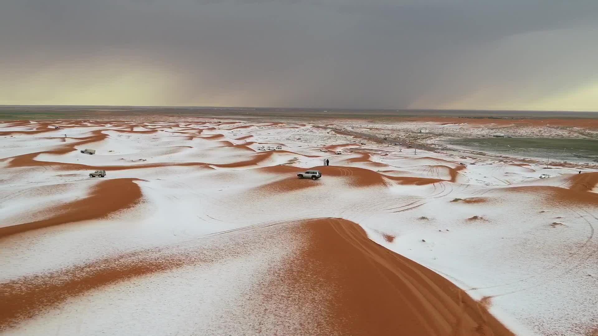 Tuyết rơi phủ trắng sa mạc cát ở Arab Saudi