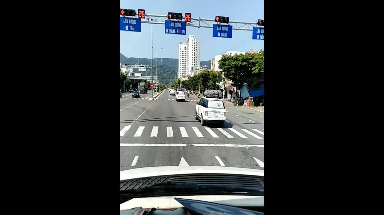 Đoàn xe ôtô vượt đèn đỏ ở Đà Nẵng