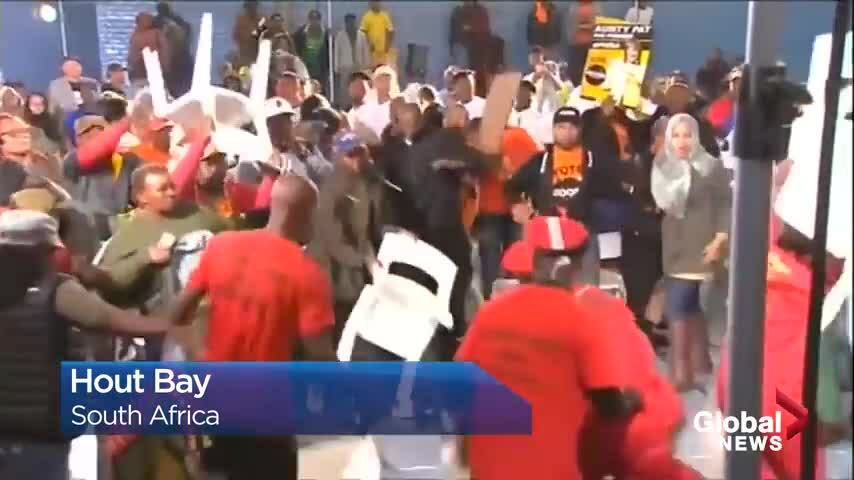 Nghị sĩ Nam Phi vác ghế đánh nhau trên truyền hình trực tiếp